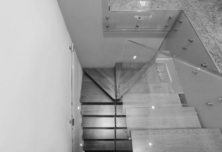Prospettiva. Scale a sbalzo in legno + ringhiera in cristallo