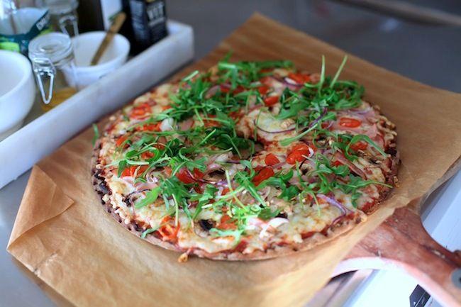 Knäckepizza – Kycklingbacon, tomat, lök & champinjoner – BY ROSENGRIP