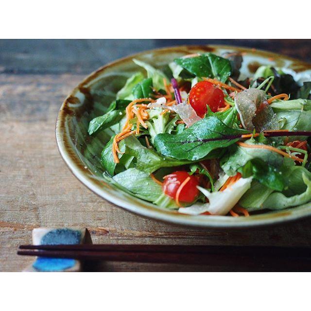 fujifab12 on Instagram pinned by myThings 生ハムとラペ、ベビーリーフのサラダを【やちむん與那城 7寸皿 唐草 飴】に盛りました☺️ 飴色の唐草模様が、野菜の色彩を際立たせますね✨いい感じ〜! #やちむん#與那城徹#民藝#食器#foodpic#feedfeed@thefeedfeed#KAUMO#管理栄養士#dietitian#ヘルシー#healthy##夜ごはん#おうちごはん#dinner#とりあえず野菜食 #Vadaantiques@Vadaantiques#サラダ#salad