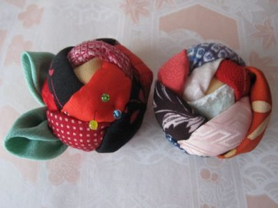 stuffed rose pincushion. Site is in Japanese, but photo tutorial included.