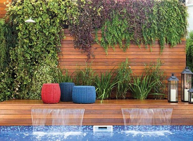 Muro-painel-de-madeira-jardim-vertical-deque-de-madeira-cascata-chuveirao-peperomias-samambaias-lambaris-ripsalis-iris-orquidea-bambu-pufes-lanternas (Foto:  Lufe Gomes/Divulgação)