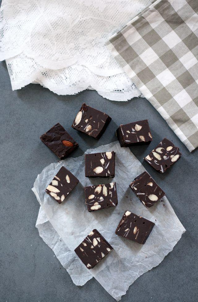 Dit recept voor fudge is ontzettend makkelijk. Deze chocoladefudge is onweerstaanbaar lekker. Zelf fudge maken met je favoriete vulling. Ik maakte fudge met noten.