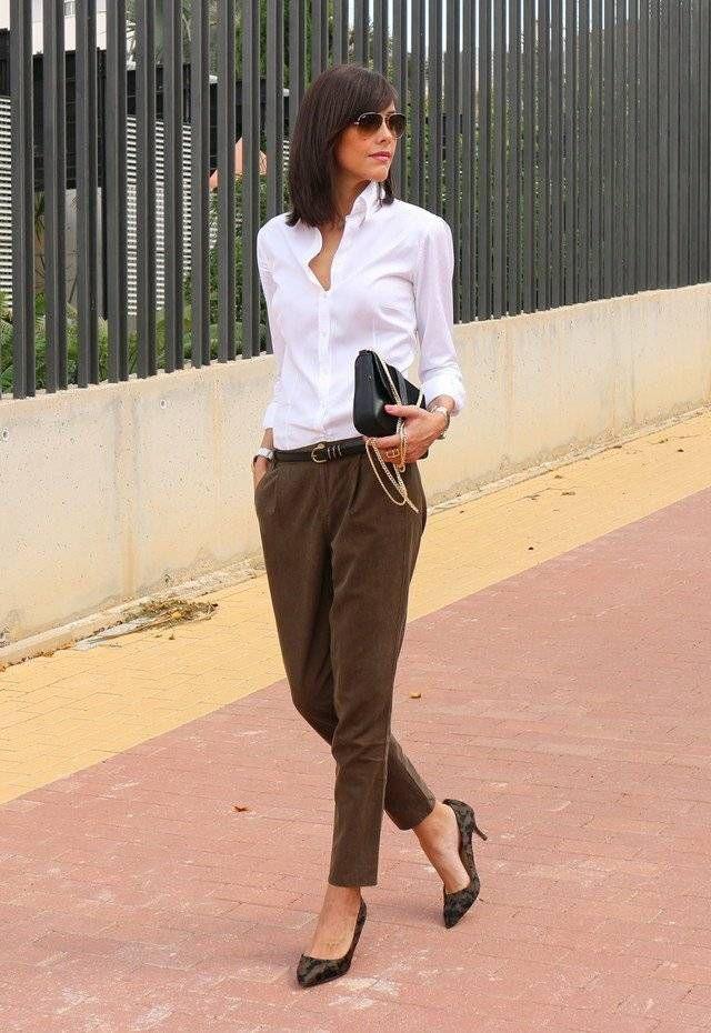 Business Look braune Hose weißes Hemd und modischer Clutsch