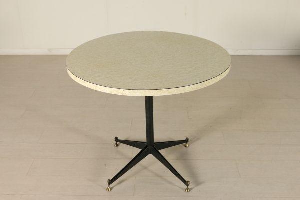Tavolo rotondo; piano in legno ricoperto in formica, base in metallo, ottone. Buone condizioni, present piccoli segni di usura.