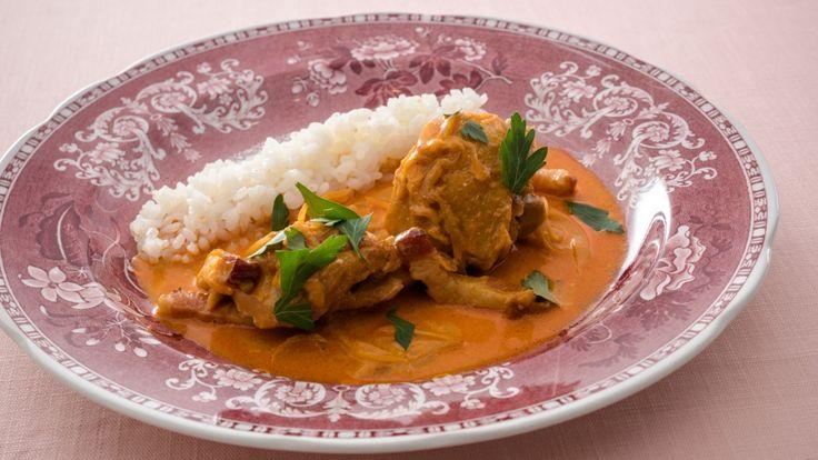 脇 雅世さんの骨付き鶏肉を使った「鶏のパプリカ煮」のレシピページです。 材料: 骨付き鶏肉、たまねぎ、ベーコン、A、サワークリーム、米、サラダ油、パセリ