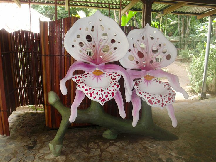 Lavamanos de cemento con forma de flor de orquidea