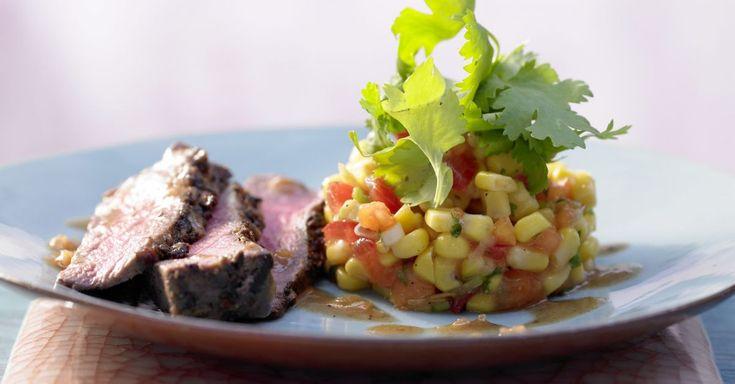 Jamaikanisches Rinderfilet auf Maissalat: Für den Tagesbedarf an Zink und Vitamin B12 ist bei diesem Hauptgericht durch die Rinderfiletsteaks gesorgt.