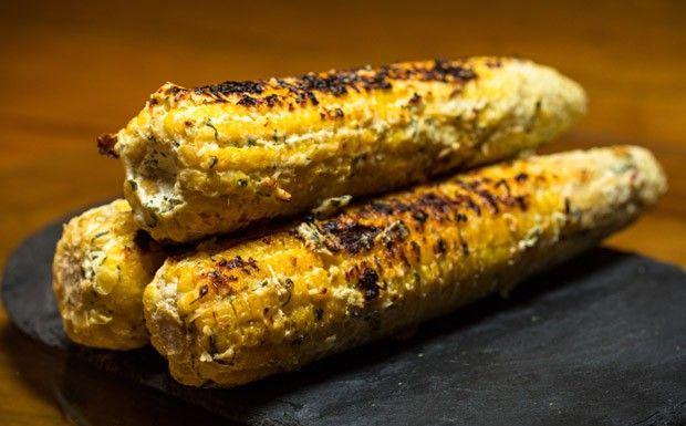 'Milho loko'  feito na brasa e coberto com cream cheese temperado do chef Felipe Bronze para Comidinhas de Chef (Foto: F. Nicolletti e Beto ...