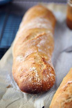 pain-sans-petrissage Testée et excellente ! Pour 2 pains (4 petites baguettes) : 375 g de farine T65 30 cl d'eau tiède 1 sachet de levure de boulanger déshydratée 1/3 cs de sel fin Mélanger, laisser lever 2ou 3 heures, façonner les baguettes, cuisson 25mn à 220° sur une plaque à baguette avec papier sulfurisé.