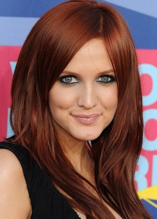 American singer-songwriter and actress Ashlee Simpson looks smoking hot with her dark auburn red hair color. We love this brownish red hair color, with its rich chocolaty brown undertones and cool feria overtones.