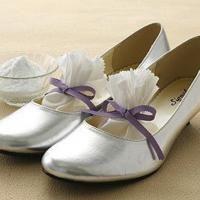 A moins d'avoir un déodorant spécial dans son sac à utiliser toutes les 5 min, il existe aussi une astuce pour désodoriser les chaussures qui puent en rentrant à la maison.  Découvrez l'astuce ici : http://www.comment-economiser.fr/eliminer-odeurs-chaussures.html