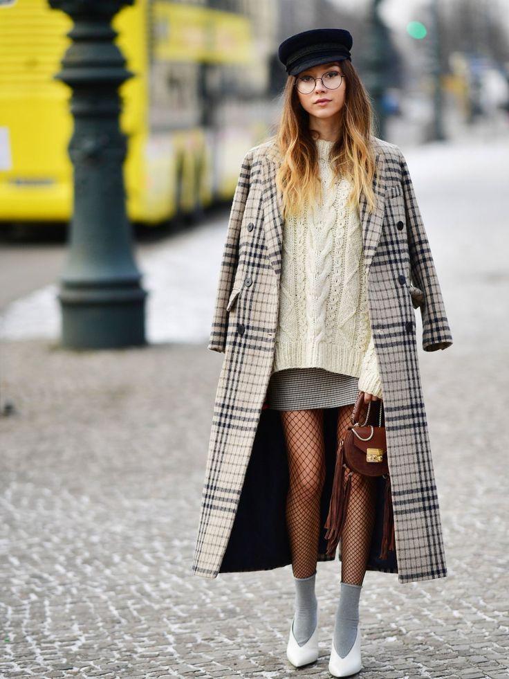 In diesem Winter ein Trend, an dem wir nicht so richtig vorbei kommen: Netzstrumpfhosen. Egal, ob sie keck den Knöchel zwischen Hose und Stiefelette umspielen oder wie hier mit Söckchen drüber zum Minirock kombiniert werden.