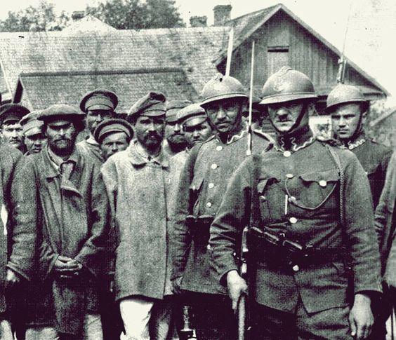 1920 Polscy żandarmi pilnują jeńców sowieckich.: