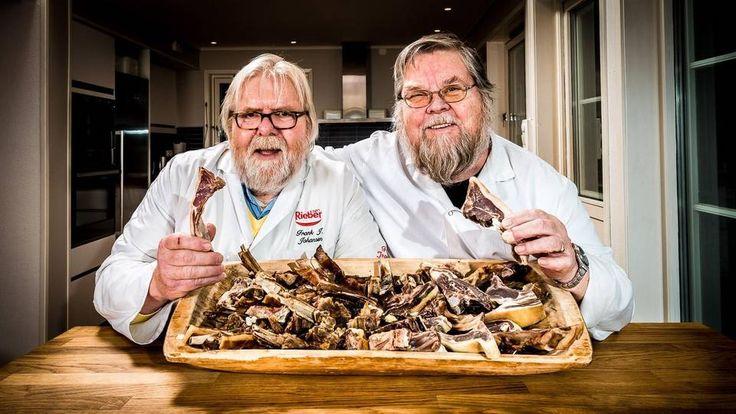 EKSPERTENE: Smakstesten av urøkt pinnekjøtt er utført av Tore Teigen og Frank Johansen, begge pensjonerte pølsemakermestre som også har vært fagdommere i NM i kjøtt flere ganger. Foto: Tore Fjeld