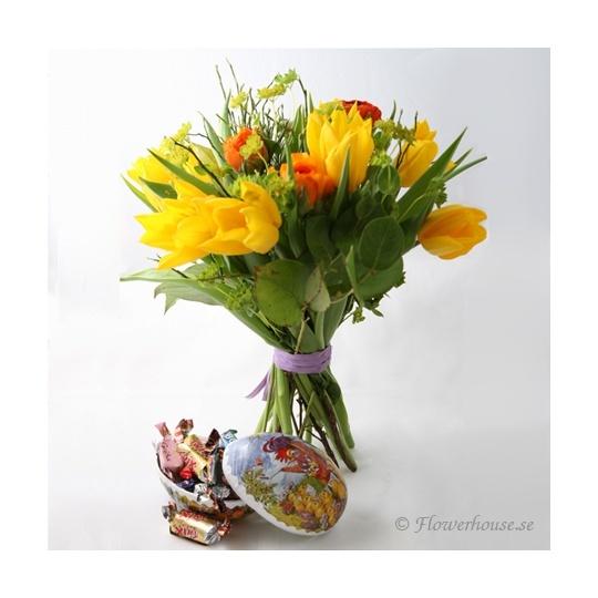 Bukett med påskägg    Vem blir inte glad av att få både påskägg och underbart gula vårblommor på samma gång! Vårbuketten är fylld med gula tulpaner, söta ranunkel, blåbärsris och gröna blad. Dessutom skickar vi med ett litet påskägg fyllt med godis.