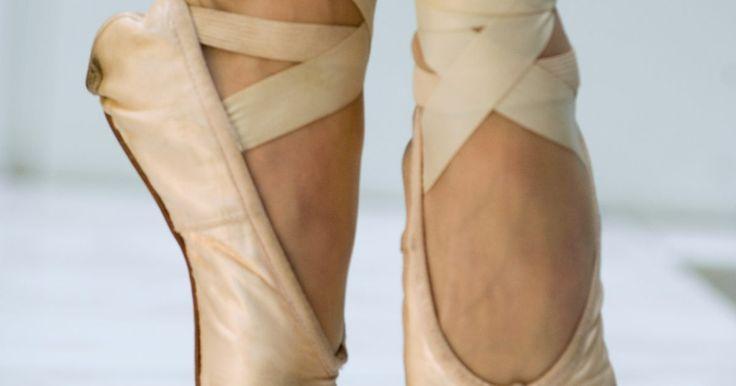 ¿Cómo ablandan sus zapatos nuevos las bailarinas?. Los zapatos usados por una bailarina de ballet deben ser cómodos para danzar con eficacia. Estos zapatos, que incluyen zapatillas de ballet y zapatos de punta, están especialmente hechos de lienzo, cuero, tela y pegamento. En el caso de las zapatillas de punta, una caja de cuero pequeña se sienta dentro de la sección de los dedos del pie para ...