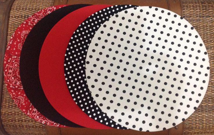 Sousplat, ou suporte de prato, feito em mdf, com 34cm de diâmetro e capa em tecido removível, nas mais variadas estampas e cores. <br>Ideal para quem gosta de receber amigos e familiares de forma sofisticada. <br>A capa podes ser vendida separadamente, desde que o sousplat a ser usados seja liso e com 33 a 34cm de diâmetro.