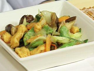 Queso de pescado agridulce con vegetales al wok