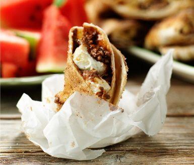 Passa på att utnyttja grillens eftervärme till den här enkla desserten - hajkbanan i ny, fenomenalt god, tappning. Du sveper helt enkelt in skivad banan och choklad i tortillabröd som du brett med färskost. Lägg på grillen några minuter och servera i smörpapper toppat med kanel och strösocker. Enkelt och gott!