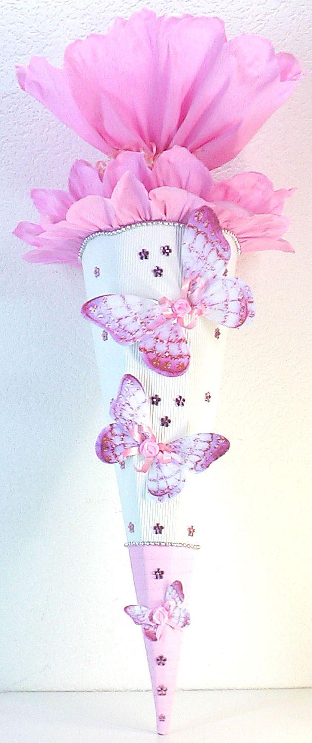 *Wunderschöne Schultüte in weiß und rosa !!!! Der Rohling ist aus Wellpappe gefertigt, ist ca. 80cm hoch und es ist weiß. Der oberer Teil ist aus sehr stabilem Krepp in rosa gearbeitet. Er ist...