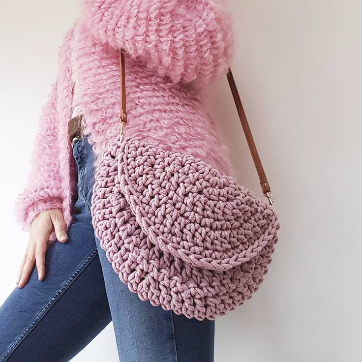 551 отметок «Нравится», 47 комментариев — Emily.... Crochet Designer (@make.e) в Instagram: «Blush pink bag looks so good against the loopy lou cardigan, Mr A would definitely have something…»