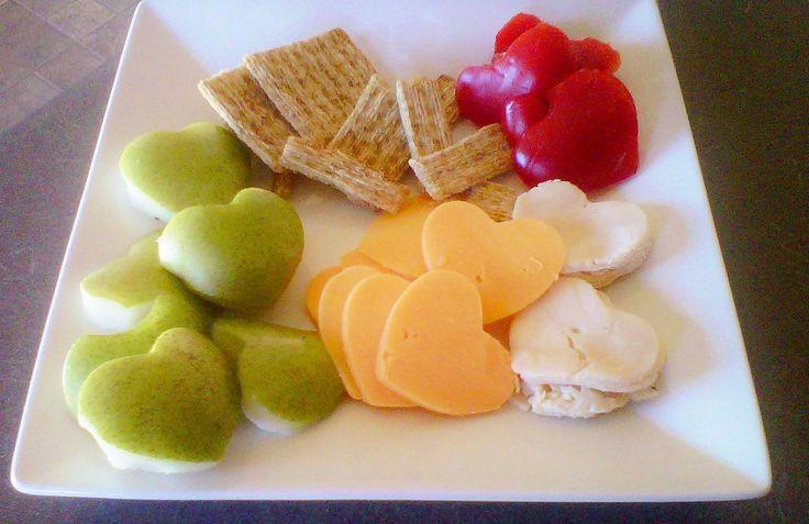 Valentijnslunch, met een hartjes uitsteekvorm kan je alles valentijnen;) kaas- brood - fruit- vleeswaar. EIgenlijk leuk voor elke dag van het jaar! &JOY