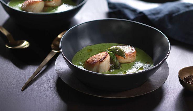 Kamskjell kan brukes til så mangt. Med en grønn ertesuppe og asparges har du oppskriften på et gourmetmåltid som imponerer.
