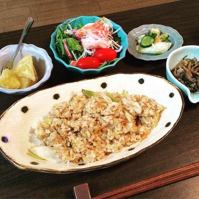 久しぶりのご飯photo💕 * * * #夜ご飯 #よるごはん #じゃことネギの炒飯 #豚ひき肉と茄子とニラの中華炒め #和風サラダ #パイナップル #漬物 #dinner #和食 #japanesefood