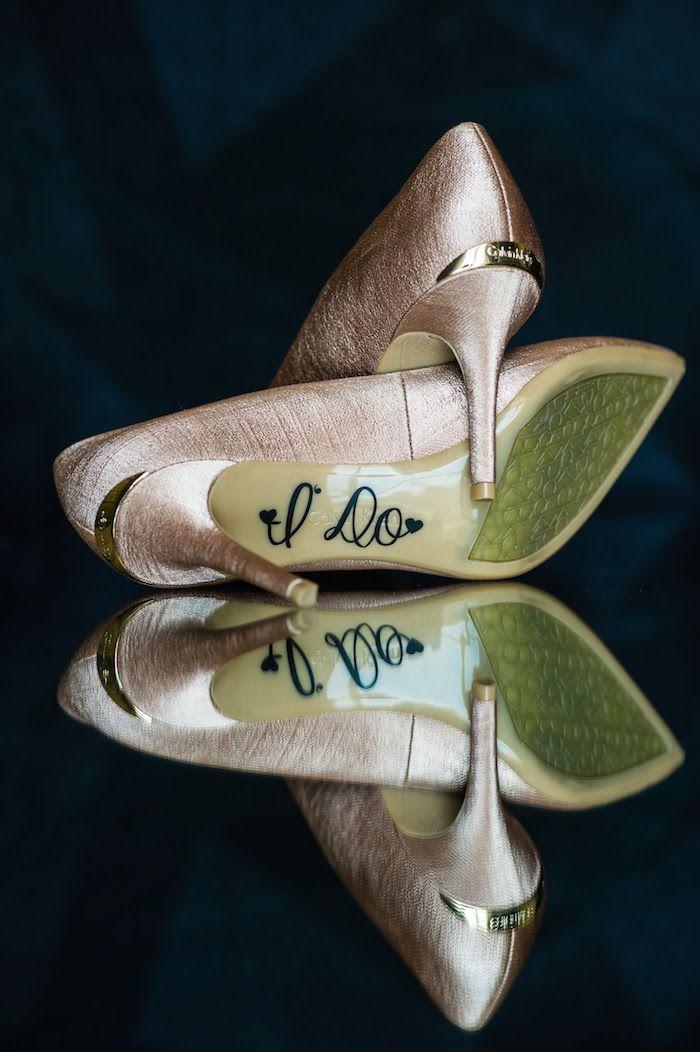 """Escarpins Calvin Klein de couleur nude -rose poudré : parfait comme chaussures de mariées. Découvre ce Mariage de conte de fées et histoire d'amour moderne après s'être rencontrés sur internet. Escarpins couleur rose poudré """"I do"""" écrit sur la semelle."""