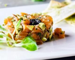 Tartare de saumon Croq'Kilos à l'avocat, olives et gingembre pour célibataire : http://www.fourchette-et-bikini.fr/recettes/recettes-minceur/tartare-de-saumon-croqkilos-a-lavocat-olives-et-gingembre-pour-celibataire