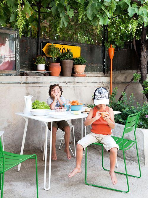 Surprising Tisch & Stapelstuhl von Harald Guggenbichler für Fermob - filigrane Gartenmöbel, die nicht nur Outdoor überzeugen! http://blog.ikarus.de/garten/bellevie-surprising-origami_8662.html Foto: Julie Ansiau