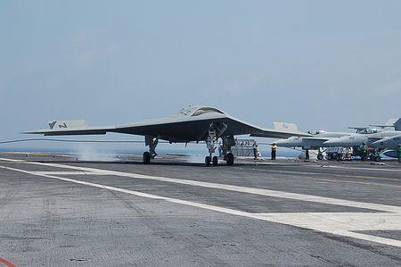 17日、米南部バージニア州沖を航行する空母「セオドア・ルーズベルト」に着艦する海軍の無人ステルス機「X47B」 ▼18Aug2014時事通信 空母上で有人機と同時運用=「ロボット機」の試験公開-米軍 http://www.jiji.com/jc/zc?k=201408/2014081800595