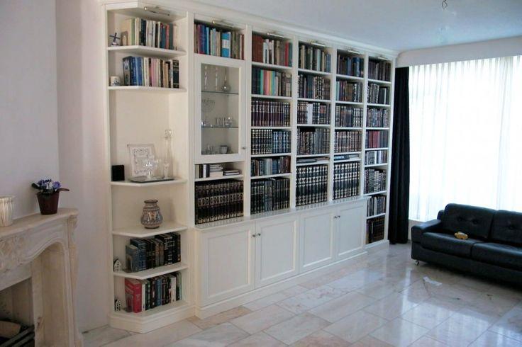 Wandmeubel boekenkast hoekvitrine element naast de open haard