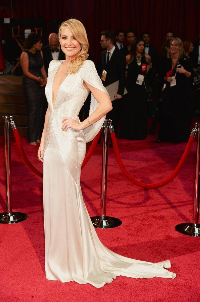 LA plus jolie robe de ces Oscars 2014 avec cette ravissante actrice américaine. Elle est peut-être en train de se séparer de Matthew Bellamy (Muse) mais elle garde le moral et reste canon sur le red carpet. En savoir plus : http://www.so-trendy.fr/post/26048/kate-hudson-la-plus-belle-robe-des-oscars-2014/