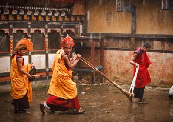 Monastère de Sombrang Préparatifs pour la cérémonie Tamshing Goemba Tsechu  En savoir plus sur http://www.lonelyplanet.fr/destinations/asie/bhoutan#RrChI2R5ceA5pG4F.99
