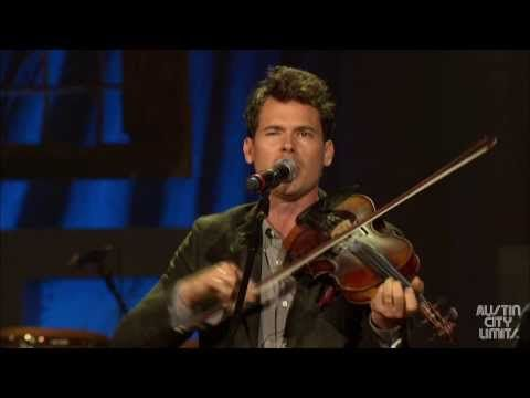 """Old Crow Medicine Show performs """"Wagon Wheel"""" at the 2013 Americana Music Festival"""