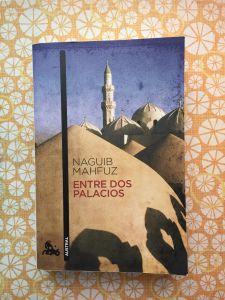 Libro Entre dos palacios de Naguib Mahfuz