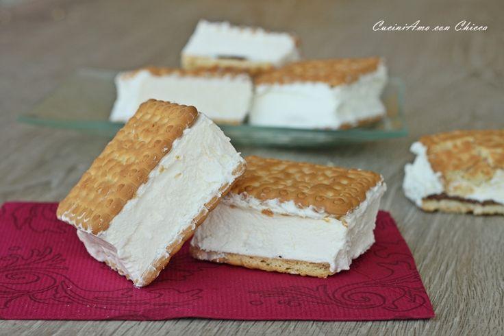 Gelato biscotto con panna e nutella