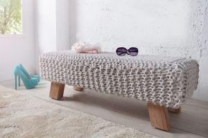 Urocza ławeczka z dzianiny i drewna Knit to świetny dodatek do młodzieżowych i dziecięcych wnętrz lub do Twojej garderoby. Siedzisko może być również ciekawym i nietuzinkowym pomysłem na prezent, na parapetówkę