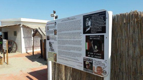"""Lo stabilimento """"Punta Canna"""" è pieno di cartelli con immagini di Benito Mussolini, di saluti romani con sotto scritto """"Se non ti piace, me ne frego""""."""