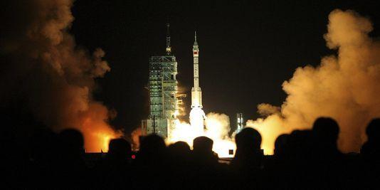 La Chine dévoile un ambitieux programme spatial publié le 30 décembre 2011 par le Monde .  Cet article nous informe sur les ambitions de la Chine sur les 5 prochaines années avec un projets d'envoi d'un Chinois sur la lune ou de fusées à carburant propre capables de propulser de lourdes charges et surtout de la station spatial chinoise en 2020 . Ces projets sont décisifs pour montrer la monter en puissance de la Chine sur le plan économique , technique et scientifique .