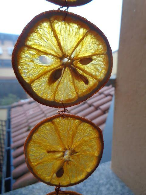 Arance alla finestra - https://lefotodiluisella.blogspot.it/2017/12/decorazione-finestra-arance-essiccate.html