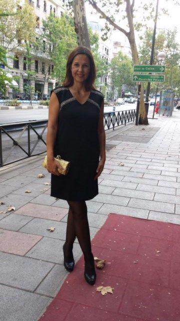 Vestido Color Block recto, con largo por encima de la rodilla y bandas doradas y negras. 57,50 €