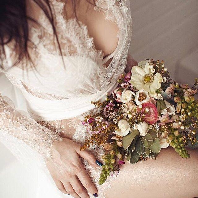 Роскошное белье по особенному притягивает мужчин. Оно лишь намекает, не обнажает всего того что скрыто под ним. Дает вам возможность покрасоваться. Манит и дразнит.  ................  Style & make up @newlevel_studio  photo @popovavictoria  Flowers @lavka1sl  md @women186