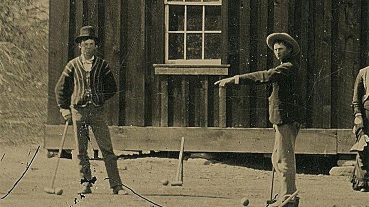 Le collectionneur américain Randy Guijarro a mis la main sur ce cliché authentifié par la société numismatique Kagin comme étant une photo de Billy The Kid (à gauche) jouant au criquet avec une partie de sa bande. (détail)