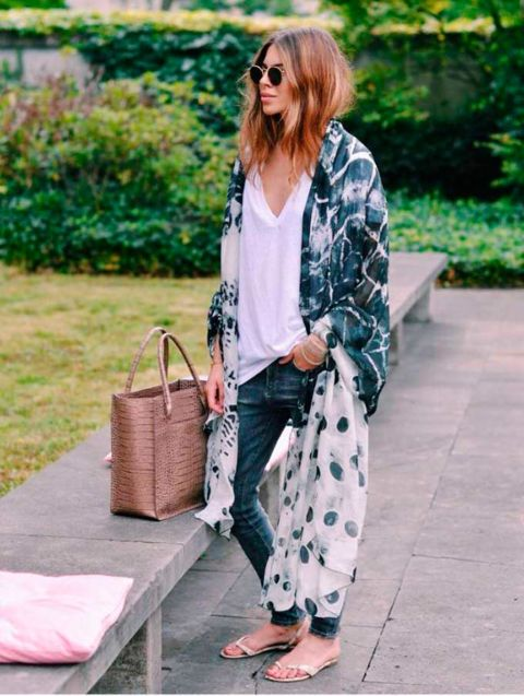 Es una de las señas de identidad deMaja Wyh, los kimonos y caftanes extralargos sobre looks muy casual.