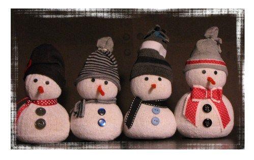 Bricolage de Noël facile, avec une chaussette! Un joli petit bonhomme de neige qui trônera sur votre cheminée et hiver. Du riz, un cure-pipe, quelques boutons et le tour est joué!
