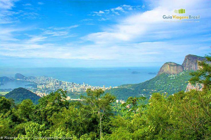 Diferente de muitos parques nacionais que você encontrará pelo Brasil, o da Tijuca fica em uma região totalmente urbana. Não é preciso ir para muito longe se quiser aproveitar a reserva, pois ela está bem no meio da Cidade Maravilhosa, o Rio de Janeiro.  O parque é dividido em quatro unidades: Floresta da Tijuca, Serra da Carioca, Pedra da Gávea e Pretos Forros, exatamente nessa ordem.  Veja mais > http://www.guiaviagensbrasil.com/blog/11-parques-nacionais-do-brasil-de-tirar-o-folego/