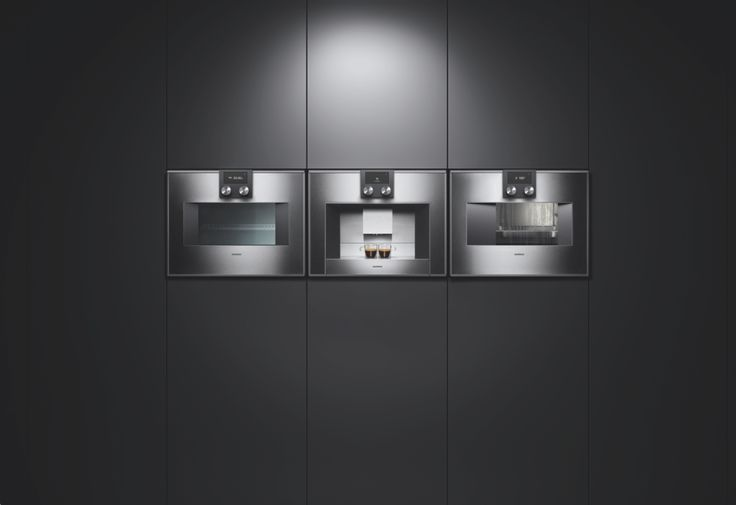 The ovens 400 series have a presence all of its own. The stainless steel combi-microwave oven, fully automatic espresso machine and combi-steam oven make an impression, protruding a mere 47 mm from the wall cabinets.