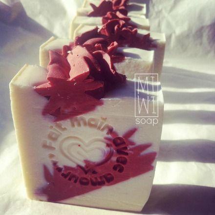Fette di sapone naturale con decorazioni rosse che simulano stelle di natale.  (Può essere abbinato ad una Bomba effervescente gigante Con agrilla Rossa come perfetto regalo Nat - 16810796